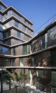 Les façades sont constituées par un ordonnancement horizontal de corniches filantes en béton qui se situent dans la continuité des planchers. Les façades (panneaux et volets) sont habillées de cuivre oxydé. Ce bardage offre une bonne isolation par l'extérieur qui permet une inertie thermique intérieure très satisfaisante. Les menuiseries extérieures sont en aluminium anodisé cuivre avec un double vitrage à basse émissivité. ©explorationsarchitecture