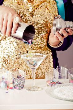 Add some sparkle and surprise in your #NYE drinks with these easy #DIY confetti cocktails!