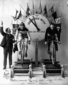 Famous speed bicyclist 'Mile-A-Minute' Murphy (left) and fellow cyclist Frank Albert race on a new stationary training machine. The Tribune Cycle Meter, decorated with international flags, measures the distance traveled. Velo Retro, Velo Vintage, Vintage Cycles, Vintage Bikes, Indoor Cycling, Cycling Art, Bicycle Tattoo, Bike Style, Vintage Bicycles