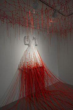Dialogue With Absence, Chiharu Shiota. Scénographie ou les fils rouges créent un réseau au sol et au plafond.