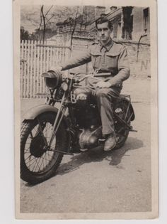British Motorcycles, Vintage Motorcycles, Motorcycle Shop, War Dogs, Historical Images, Ariel, Ww2, Motorbikes, Vintage Photos