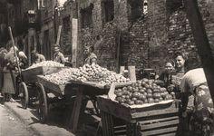 Handel uliczny w Warszawie - 1947 rok. Fot. Stefan Rassalski/NAC
