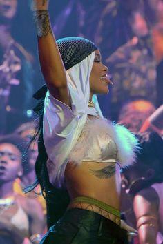 rihanna, vmas, and riri image Rihanna Mode, Rihanna Riri, Rihanna Style, Fille Gangsta, Gangsta Girl, Saint Michael, Rihanna Looks, Bad Girl Aesthetic, Bad Gal