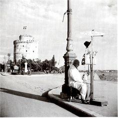 Άννα Αγγελοπούλου: Καλοκαίρι στη Θεσσαλονίκη. Φωτογραφίες του Δ. Χαρισιάδη-Δ. Χαρισιάδης, Υπαίθρια μηχανή ζυγίσματος. Θεσσαλονίκη. Ιούνιος 1946. Φωτογραφικό Αρχείο Μπενάκη. Thessaloniki, Old Pictures, Old Photos, My Town, Macedonia, Athens, Statue Of Liberty, Black And White, Country