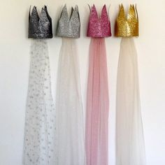 Couronne de princesse avec traîne Could definitely make these.the site is in french. Sewing For Kids, Diy For Kids, Crafts For Kids, Festa Party, Party Fun, Party Time, Felt Crown, Princess Party, Princess Crowns