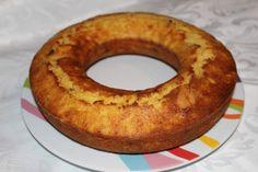 Un gâteau des iles... Ingrédients : - 115g de beurre mou - 100g de sucre glace - 2 œufs entiers + 1 jaune - 1 c. à café de levure chimique - 1/2 c. à café de bicarbonate de soude - 225 g de farine - 1 boite d'ananas au sirop (en rondelles ou non) - 1...