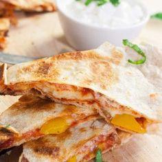 Pizzadillas sind extrakäsig, knusprig und vollgepackt mit typischen Pizza-Zutaten. Perfekt, um euren Pizzahunger auf schnelle und leichte Art zu stillen.