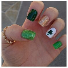 Kick off St. Patrick's Day in style with these Easy St Patricks Day Nails featuring green, gold and lucky shamrocks as well as Irish flags and rainbows. Cute Nails, Pretty Nails, Fancy Nails, Irish Nails, St Patricks Day Nails, Grunge, Seasonal Nails, Nails For Kids, Holiday Nail Art