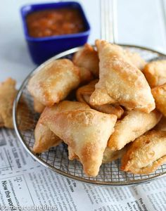 Super Crispy vegetable samosas South African ,full of peas and potatoes ,spiced up with just enough spices and heat and it is vegan too! Indian Snacks, Indian Food Recipes, Vegetarian Recipes, Snack Recipes, Cooking Recipes, Curry Recipes, Vegan Meals, Indian Appetizers, Indian Foods