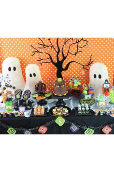 Halloween will soon be here! Halloween is full of frightening desserts and decorations. In this case, we need to create the best Halloween dessert table ever. Use Halloween-themed dessert tables to add some holiday fun, perfect for boys'Halloween par Halloween Desserts, Spooky Halloween, Halloween Mignon, Halloween Dessert Table, Postres Halloween, Halloween Birthday, Holidays Halloween, Halloween Treats, Vintage Halloween