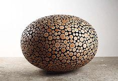 Diese wunderschönen Holzskulpturen stammen von der koreanischen Künstlerin Jae Hyo Lee. Sie verzichtet bei der Materialbeschaffung auf teure Importhölzer, die Baumstämme, die sie verarbeitet, sammelt sie in ihrer nächsten Nähe. Das Holz im Querschnitt darz