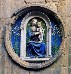 Luca della Robbia. Vierge à L'enfant, vers 1460. Terre cuite vernissée. Florence, église Orsanmichele.