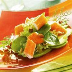 Ensalada de aguacate y palitos de cangrejo con frutos secos