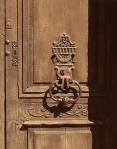 Porte sculptée de l'hôtel Bandy