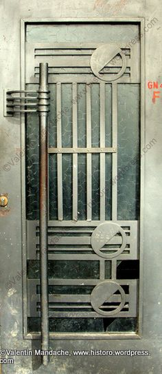 Doorway of a mid 1930's block of flats. Cantemir area of Bucharest (photo: Valentin Mandache)
