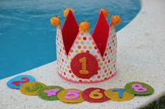Tutorial DIY corona de cumpleaños | Manualidades Felt Crafts, Fabric Crafts, Diy Crafts, 1st Boy Birthday, Boy Birthday Parties, Cumpleaños Diy, Felt Crown, Patchwork Baby, Ideas Para Fiestas