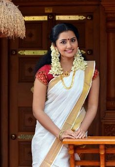 Check out South Indian actress Anupama Parameswaran Latest beautiful Hd photos, Anupama Parameswaran lovely cute stills, Anupama Parameswaran glamorous HD images. Set Saree, Saree Dress, Sari, Saree Blouse, Kerala Traditional Saree, Traditional Dresses, Aunty In Saree, Kerala Saree, Indian Sarees