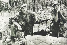 titovka-and-bergmutzen: Rhodesian SAS wearing early-model Denison smocks in the bush. Military Special Forces, Cold War, Military History, Amazing Flowers, High Quality Images, Smocking, South Africa, Army