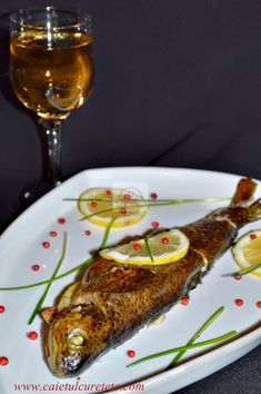 Pastrav la cuptor cu vin, lamaie si rozmarin - CAIETUL CU RETETE Romanian Food, Tasty, Yummy Food, Fish And Seafood, Meat, Wine, Delicious Food
