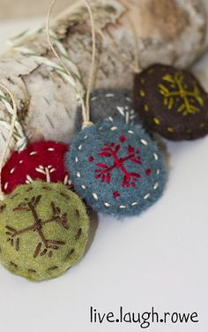 diy felt ornaments- sorry- it's a bit early, I know. It almost makes me cringe to pin this so early, but I want to save it for later Felt Christmas Ornaments, Noel Christmas, Homemade Christmas, Christmas Decorations, Snowflake Ornaments, Diy Ornaments, Country Christmas, Snowflakes, Felt Diy