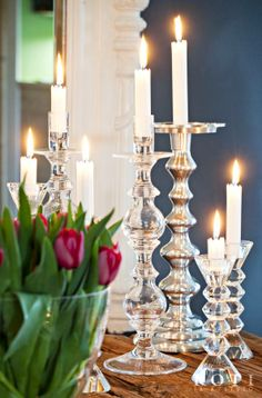 Iso, punainen tulppaanikimppu on ihana joulukukka. Lasiset ja metalliset kynttilänjalat ovat Pentikin mallistosta. Koti ja keittiö, Kuva Kirsi-Marja Savola.