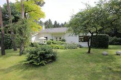 Op prachtige en rustige locatie gesitueerd vrijstaand landhuis met dubbele inpandige garage, bijgebouw/ hobbyruimte, verwarmd buitenzwembad en fraai aangelegde tuin rondom, te midden van bossen en natuur.  De Villa is gesitueerd in een kleinschalig