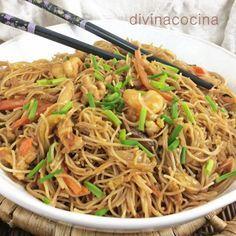 Fideos de arroz saltados con verduras, pollo y langostinos