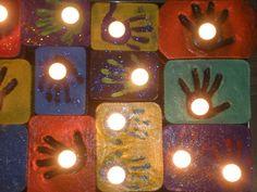 Kerstcadeau 'licht en donker'. Handafdruk, schilderen + glitters, theelichtje