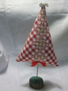 Tutorial per l'ennesino alberello semplice e veloce - a broderie Suisse -- I think I can duplicate this without a language barrier. Chicken Scratch Patterns, Chicken Scratch Embroidery, Christmas Makes, Christmas Crafts, Christmas Tree, Embroidery Art, Embroidery Designs, Embroidered Gifts, Cross Stitch Tree