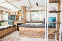 Een woonkamer en slaapkamer in één! Wie wilt dat nou niet? #woonkamer #glamping #interieur #zeeland #stoerbuiten Surf Lodge, Mobile Home, Treehouse, Glamping, Ibiza, Bungalow, Camper, Surfing, Homes