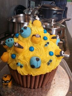 Minion cake Minions, Cakes, Desserts, Food, Tailgate Desserts, Scan Bran Cake, Kuchen, Dessert, Postres