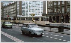 Trister und eher farbloser DDR Alltag auf der Lange Strasse in Rostock im Dezember 1980.