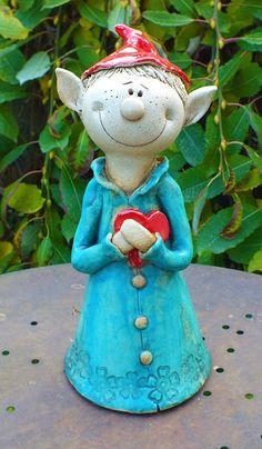 """Ich biete hier aus meiner kleinen Keramikwerkstatt eine witzige Gartenfigur aus der Familie der """"Funnys""""© zum Verkauf. Elfix hat ein Herz zu verschenken... Alle Zaunhocker sind zwischen 23 und 28cm..."""