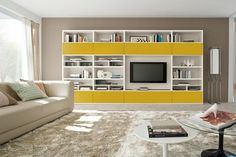 grand système mural de rangement en blanc et jaune dans le salon élégant