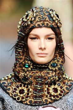 Dolce & Gabbana at Milan Fashion Week Fall 2014 - Details Runway Photos Fashion Details, Look Fashion, Fashion Design, Milan Fashion, Fashion Clothes, Russian Fashion, Italian Fashion, Dolce & Gabbana, Hair Decorations