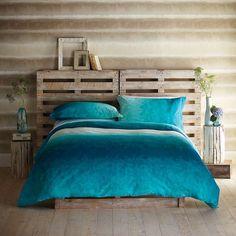 Cabeceira da cama com paletes.