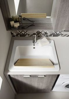 C'è spazio per un piccolo lavandino così in lavanderia se non si fa la doccia? Laundry Room Design, Laundry In Bathroom, Small Bathroom, Room Interior, Interior Design Living Room, Living Room Designs, Home Decor Furniture, Apartment Design, Modern Interior Design