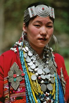 (Note: The photographer suggests that this image comes from Nagaland, however the ornaments resemble ones worn by tribal women in Arunachal Pradesh, India). We Are The World, People Around The World, Costume Ethnique, Tribal People, Tribal Women, Beautiful People, Beautiful Women, Style Ethnique, Folk Costume