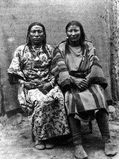 """deviatesinc: """" A modern postcard of -Tisch (Finds Them and Kills Them, Crow, on the left) and his wife in Osh-Tish was a male homosexual (berdache) who wore women's clothes. In his culture, he was recognized as """"two-spirited"""" and. American Crow, Native American Photos, Native American Women, Native American History, American Indians, Art Gay, Navajo, Crow Indians, Two Spirit"""