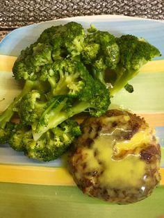 μπιφτέκι με τυρί από πάνω λιωμένο Broccoli, Vegetables, Food, Essen, Vegetable Recipes, Meals, Yemek, Veggies, Eten