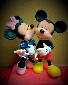 Mickey e Minie . Polymer Clay Disney, Cute Polymer Clay, Mickey And Minnie Cake, Mickey Minnie Mouse, Clay Projects, Clay Crafts, Disney Figurines, Fondant Tutorial, Fondant Toppers