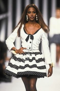 Valentino f/w 1992 model : naomi campbell fashion супермодели, мо 90s Fashion, Retro Fashion, Runway Fashion, Fashion News, Fashion Models, High Fashion, Vintage Fashion, Haute Couture Style, Linda Evangelista