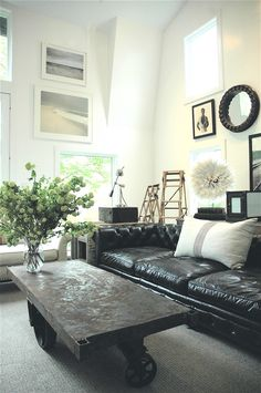 living room decorating with black leather furniture - Internal Home Design Living Pequeños, Rugs In Living Room, Home And Living, Living Room Furniture, Living Room Designs, Living Spaces, Black Sofa Living Room Decor, Small Living, Home Design