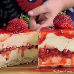 Creamy white chocolate makes this classic strawberry dessert even more irresistible. Creamy white chocolate makes a classic strawberry dessert even more irresistible. Brownie Desserts, Just Desserts, Delicious Desserts, Yummy Food, Bon Dessert, Dessert Aux Fruits, Strawberry Desserts, Strawberry Cheesecake, Turtle Cheesecake