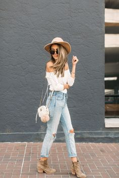 White lace-up off the shoulder bodysuit+distressed jeans+camel booties+white chain crossbody bag+nude hat+sunglasses. Comfortable Fall Outfits, Casual Fall Outfits, Spring Outfits, Winter Outfits, Outfits With Hats, Cute Outfits, Jean Outfits, Jeans Boyfriend, Mom Jeans