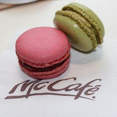 McCafé France ont un comptoir de dessert, incluant des macarons. Nous aimons!!  McCafé France have pastry counters, including macaroons. We love!!!