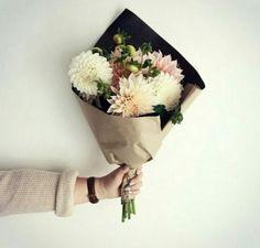 Bouquet and black paper. @achadosdabia