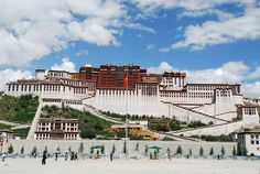 Mitten in der Stadt auf dem 130 m hohen Roten Hügel liegt der Potala, das größte Gebäude der Stadt, einst Zentrum der geistlichen und weltlichen Macht Tibets.