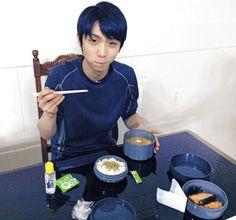 味の素(株)のビクトリープロジェクトスタッフが調理した「勝ち飯」をほおばる羽生 - Yahoo!ニュース(スポーツ報知)