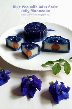 继续做花花燕菜月饼 ,这次的是蓝花 。 好喜欢这双层花瓣的蓝花 ,很像蓝玫瑰 。 蓝花莲蓉燕菜月饼 蛋黄燕菜材料 : 红萝卜汁 180 克 牛奶 40 克 燕菜粉 1 茶匙 ...